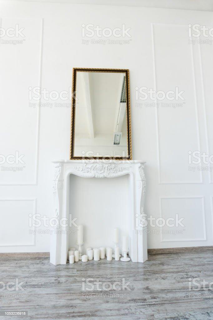 https www istockphoto com fr photo chemin c3 a9e blanche avec un miroir au dessus de lui dans une salle vide gm1053226918 281390534