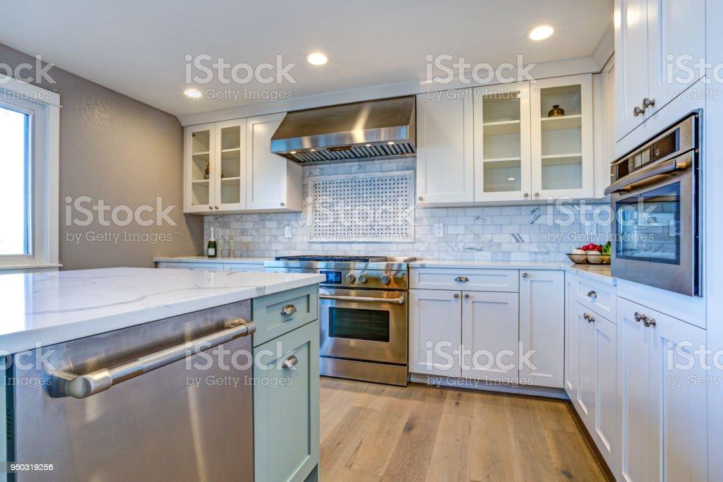 https www istockphoto com fr photo blanc cuisine avec hotte en acier inox au gaz table de cuisson gm950319256 259387513