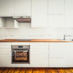 Weisse Kuchenzeile Neu Eingebaute Kuche Mobel Frontalansicht Mit Arbeitsplatte Und Board Holzboden Stockfoto Und Mehr Bilder Von Alt Istock