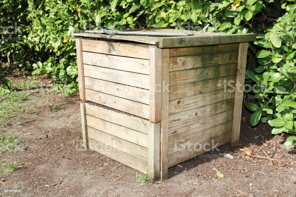 compost bin for kitchen types of flooring pros and cons 有機原料木堆肥箱照片檔及更多住宅內部照片 istock 有機原料木堆肥箱免版稅stock photo