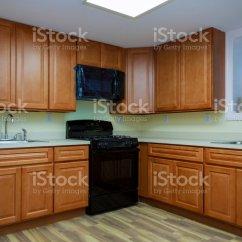 Kitchen Vinyl Flooring Brushed Brass Faucet 在新廚房安裝的乙烯基地板的蠕蟲眼觀照片檔及更多人照片 Istock 在新廚房安裝的乙烯基地板的蠕蟲眼觀免版稅stock Photo