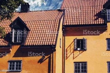 Una Casa Amarilla En La Ciudad De Visby En El Verano Foto de stock y más banco de imágenes de Arquitectura iStock