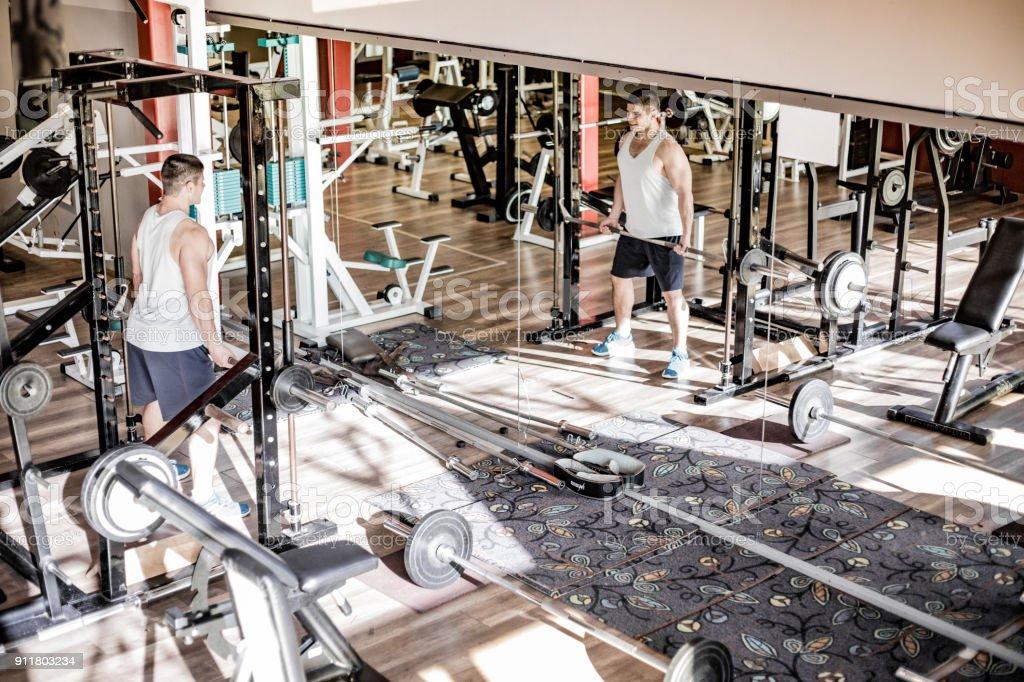 Photo Libre De Droit De Young Man Levage Poids Devant Un Miroir Dans Une Salle De Sport Banque D Images Et Plus D Images Libres De Droit De Activite De Loisirs Istock