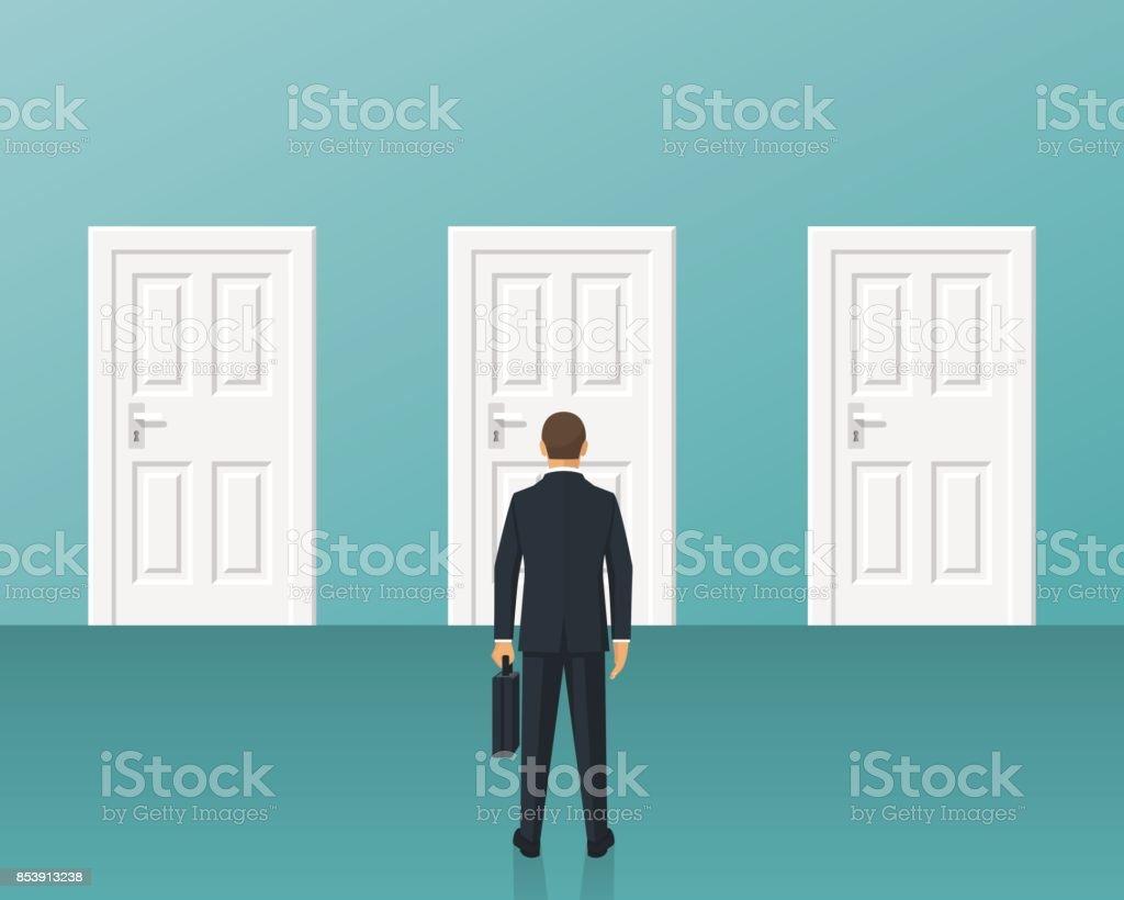 homme d affaires debout devant trois des portes fermees homme daffaires debout devant trois des