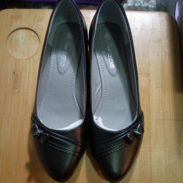 全新 38號 黑色 皮鞋 低跟鞋 平底鞋 尖頭 學生 返學鞋 OL 返工 Low Heels Black Size 38 Shoes, 女裝, 女裝鞋 - Carousell