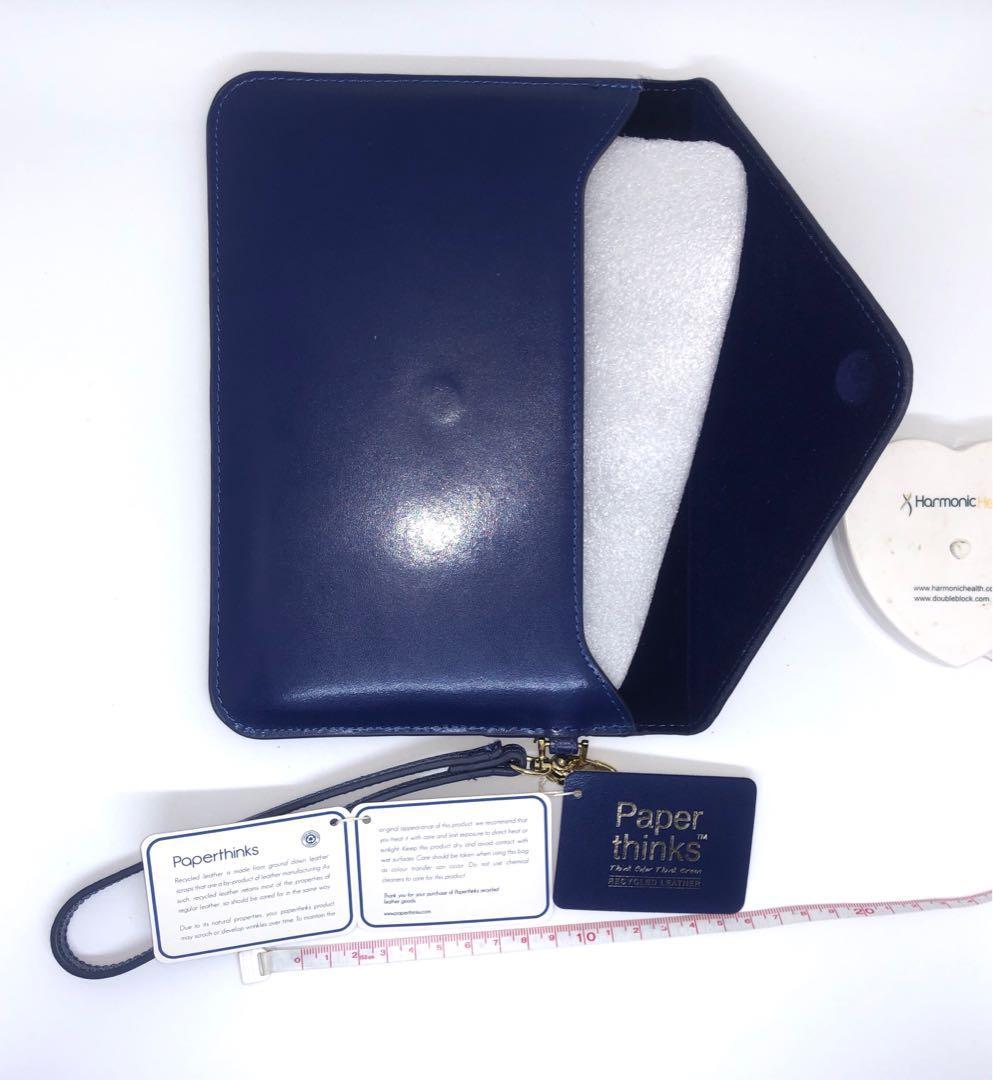 全新英國品牌Paperthinks用真皮回收做成可放iPad 或者文件相片 袋 (log on + 誠品有售), 名牌, 袋 & 銀包 - Carousell