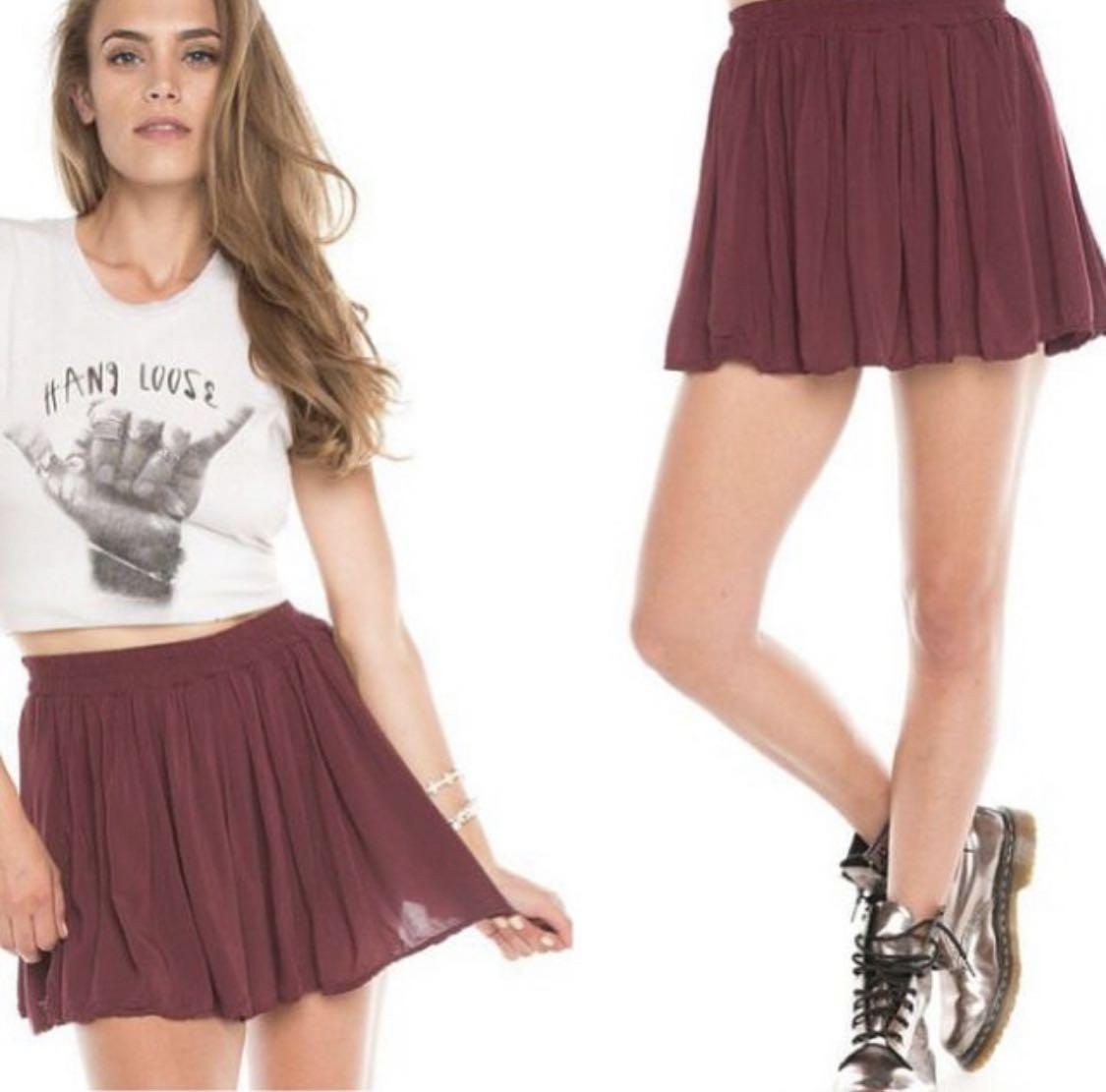 Brandy Melville Burgundy Luma Skirt. 女裝. 女裝褲&半截裙 - Carousell