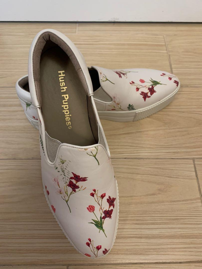 全新 Hush Puppies 白色花花 悠閑鞋 250碼 40碼,結合先進的舒適技術和休閒生活的流行時尚, 女裝鞋 - Carousell
