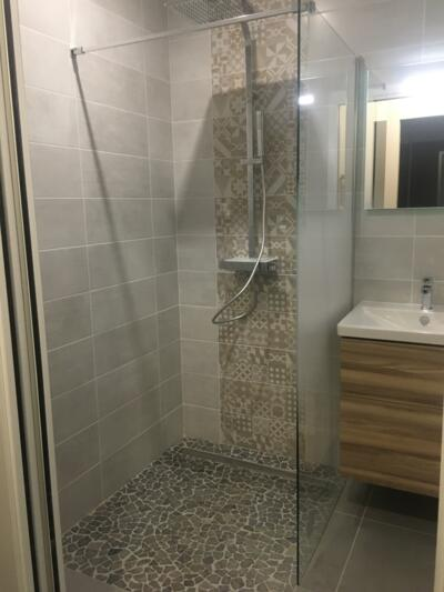 salle de bain moderne grise