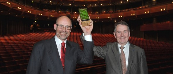 Kungsbackas kommundirektör Lasse Järvsén och kommunstyrelsens ordförande Per Ödman glada vinnare av Sveriges KvalitetsKommun 2011.
