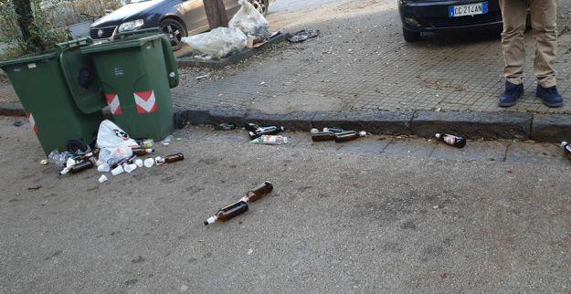 rifiuti bottiglie bidoni