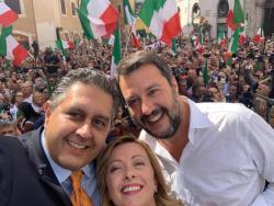 A piazza Montecitorio bagno folla per Salvini, non mollare