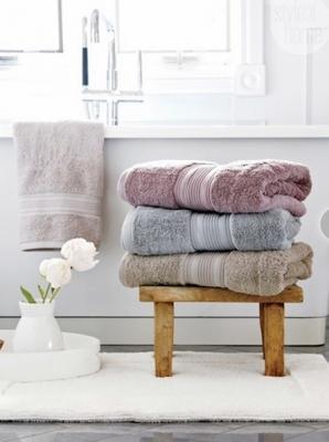 Tante idee per sistemare gli asciugamani in bagno