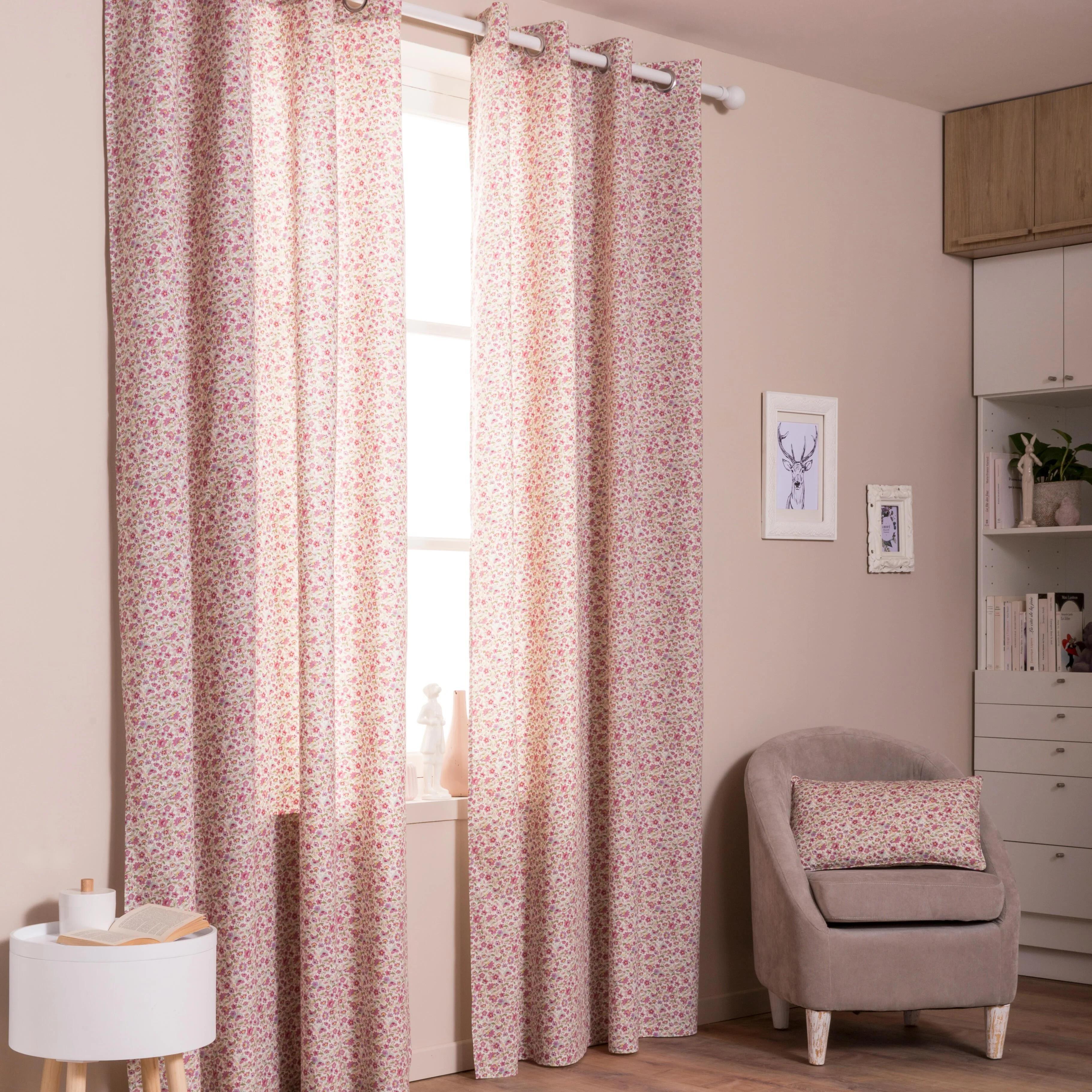 des rideaux et coussins roses aux