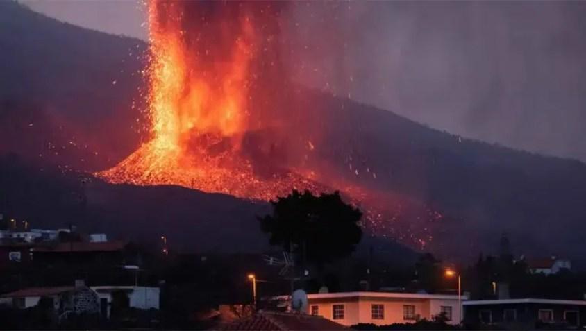 La lava del volcán de La Palma llegó hasta el mar