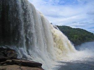 Bakom detta vattenfall fick vi gå!