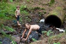 Malte och Gustav bygger pool :)
