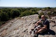John å Stella blickar ut från berget i Pilane