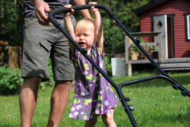 Elizia hjälper John att klippa gräsmattan i Sexdrega