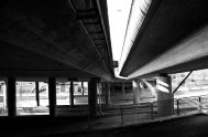 under en bro svartvitt