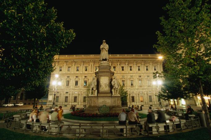 Statue of da Vinci in front of Palazzo Marino, Piazza della Scala.