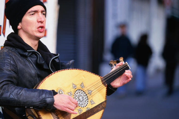 A lute player outside the Temple Bar - Dublin, County Dublin
