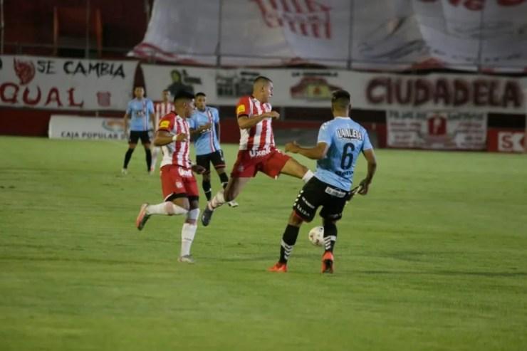 Sin rumbo. San Martín jugó un partido pobre frente a Chacarita.