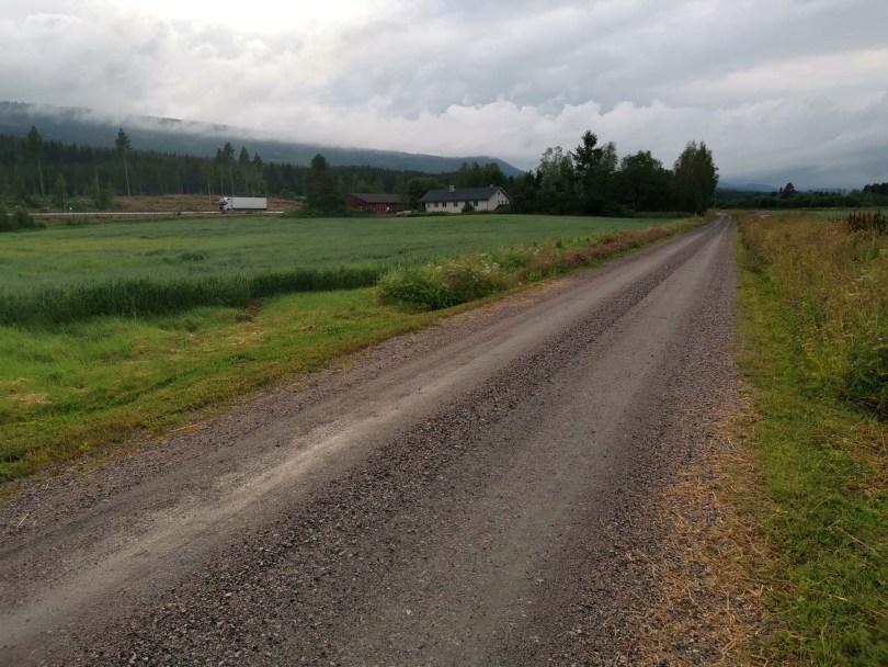 Torgerstuvegen som går parallellt med riksvei 3 og tar deg ned til Glomma. Nordhue oppe i tåka.