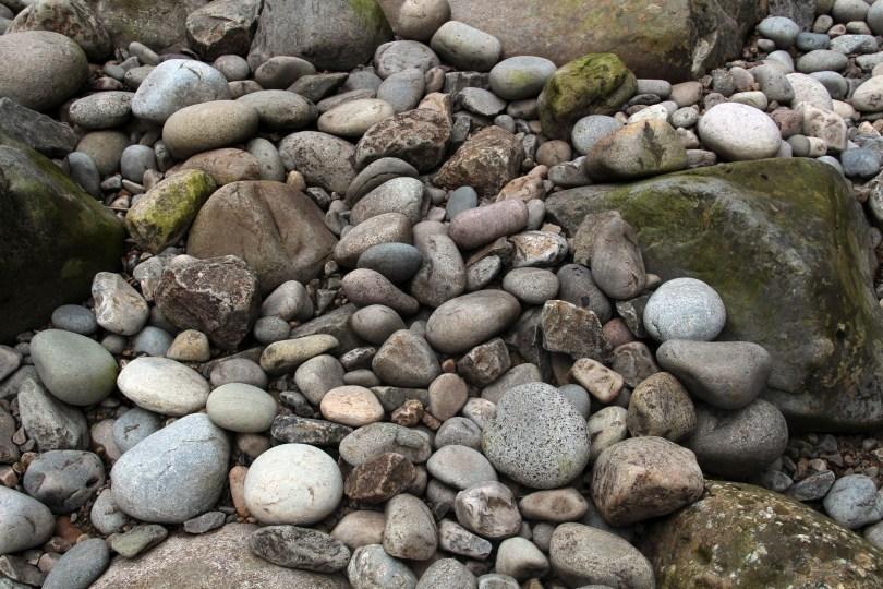 Steinen i bunnen av juvet er eksponert ved lav vannføring. Steinen er slipt og avrundet av vannmassene over tid.
