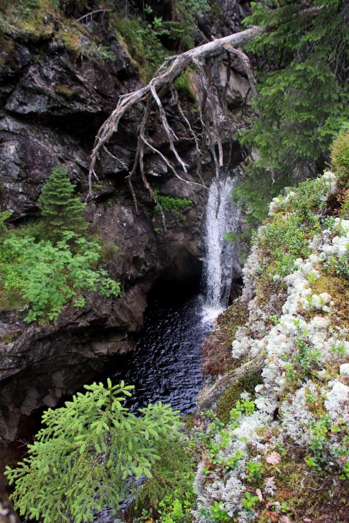 Nedre fossefall sett fra stien på nordsiden, denne er muligens noe enklere en stien på sørsiden. Men den er ikke enkel.