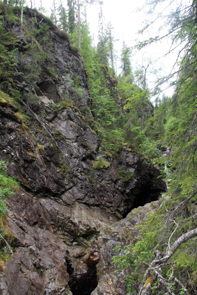 De bratte veggene i Korpreiret ved nedre fossefall.