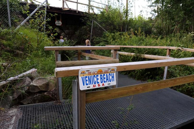 Badeplassen merket Venice Beach, et steinkast fra Movatn stasjon.