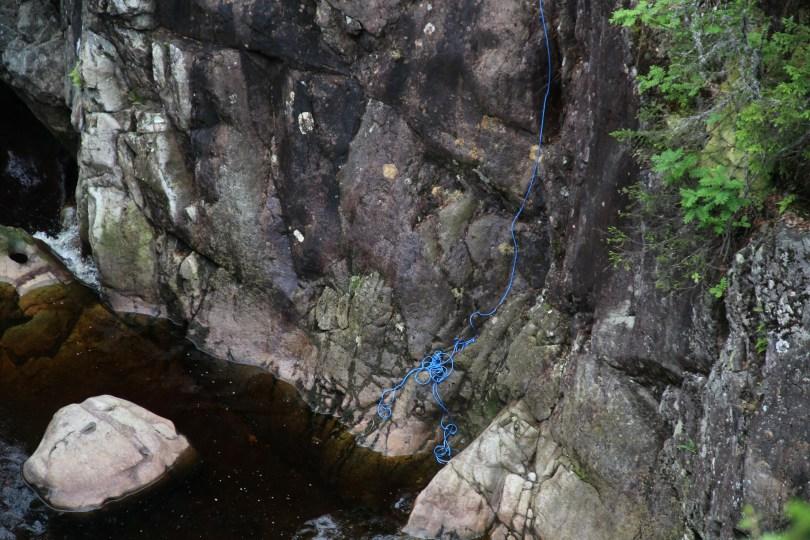 Det er flere badekulper i Korpreiret, om dette tauet i krevende terreng ved øvre fossefall er montert for lek eller annet er uvisst. Tips; styr unna.