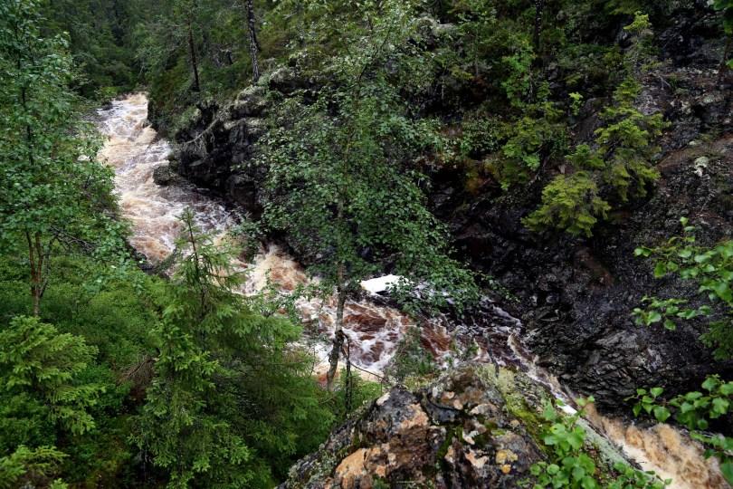 Ved øvre fossefall er det mulig gå nesten ned til fossen.