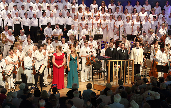 [James Burton with the TFC and BSO (Hilary Scott)]