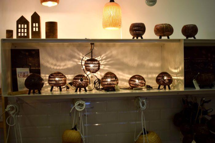 kokoslampor i inredningsbutiken Home on Earth