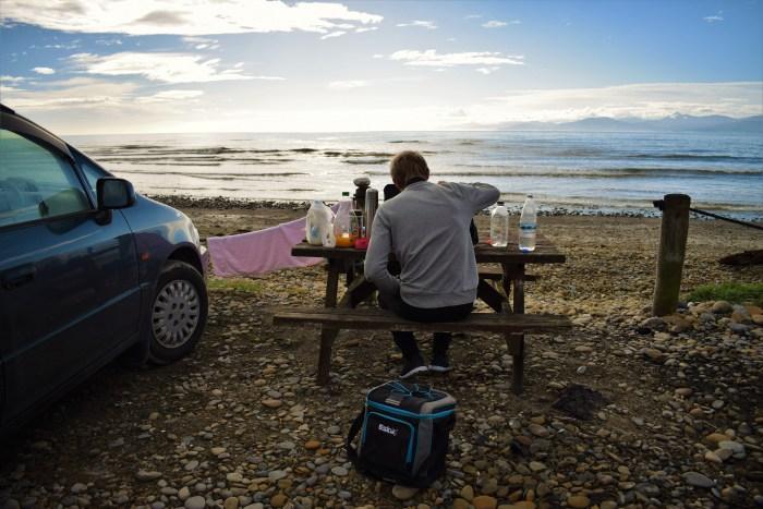 david äter frukost vid picknickbord