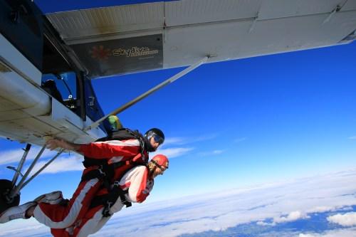 vi släpper taget om planet och hoppar fallskärm.
