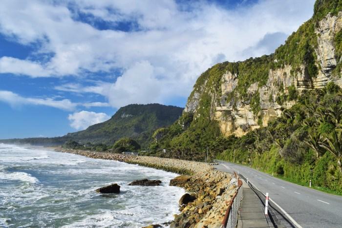 vy över havet och bergen i punakaiki