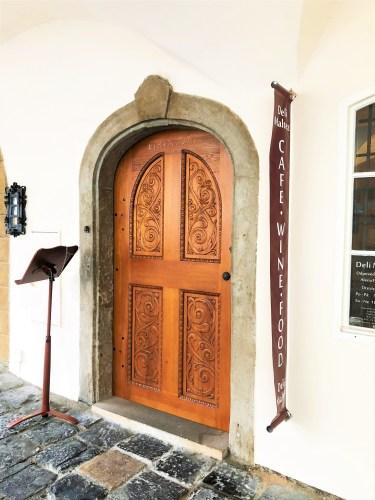 dörren till cafe deli matez