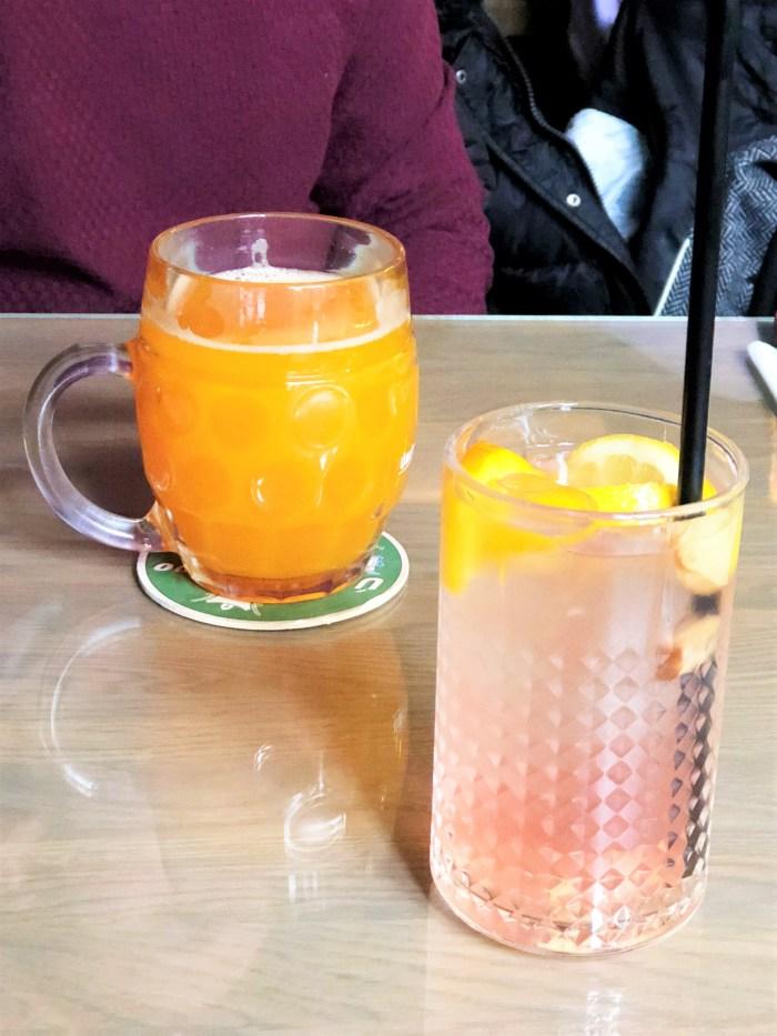 hemmagjort tjeckiskt öl och lemonad