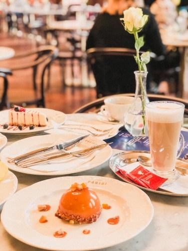 bakelse och kaffe på cafe parisi i budapest