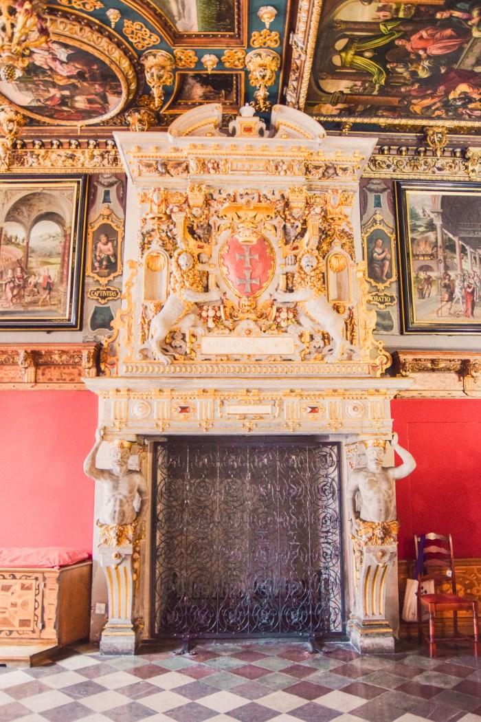 kakelugn i vitt och guld på museet