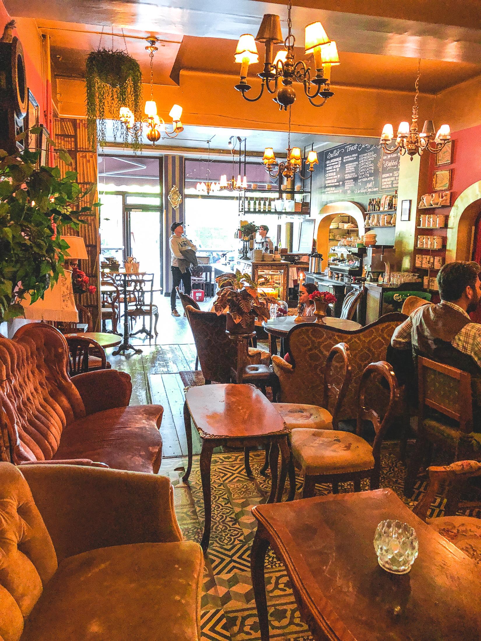 soffor och bord i caféet Gildas rum i Stockholm.
