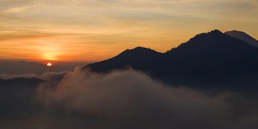 solen går upp bakom mount agung, sett från mount batur.