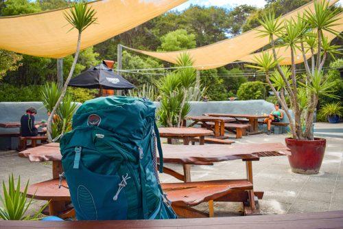 restaurangens uteservering i abel tasman nationalpark.