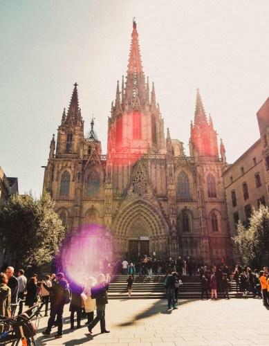 barcelonas katedral i motljus.