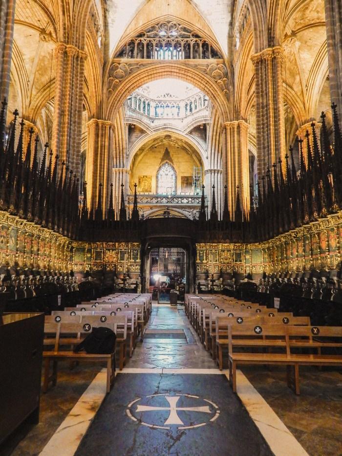 insidan av barcelonas katedral.