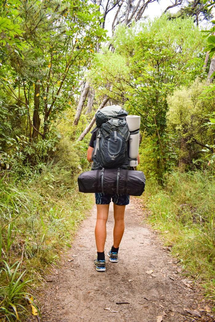 david vandrar med ryggsäck.