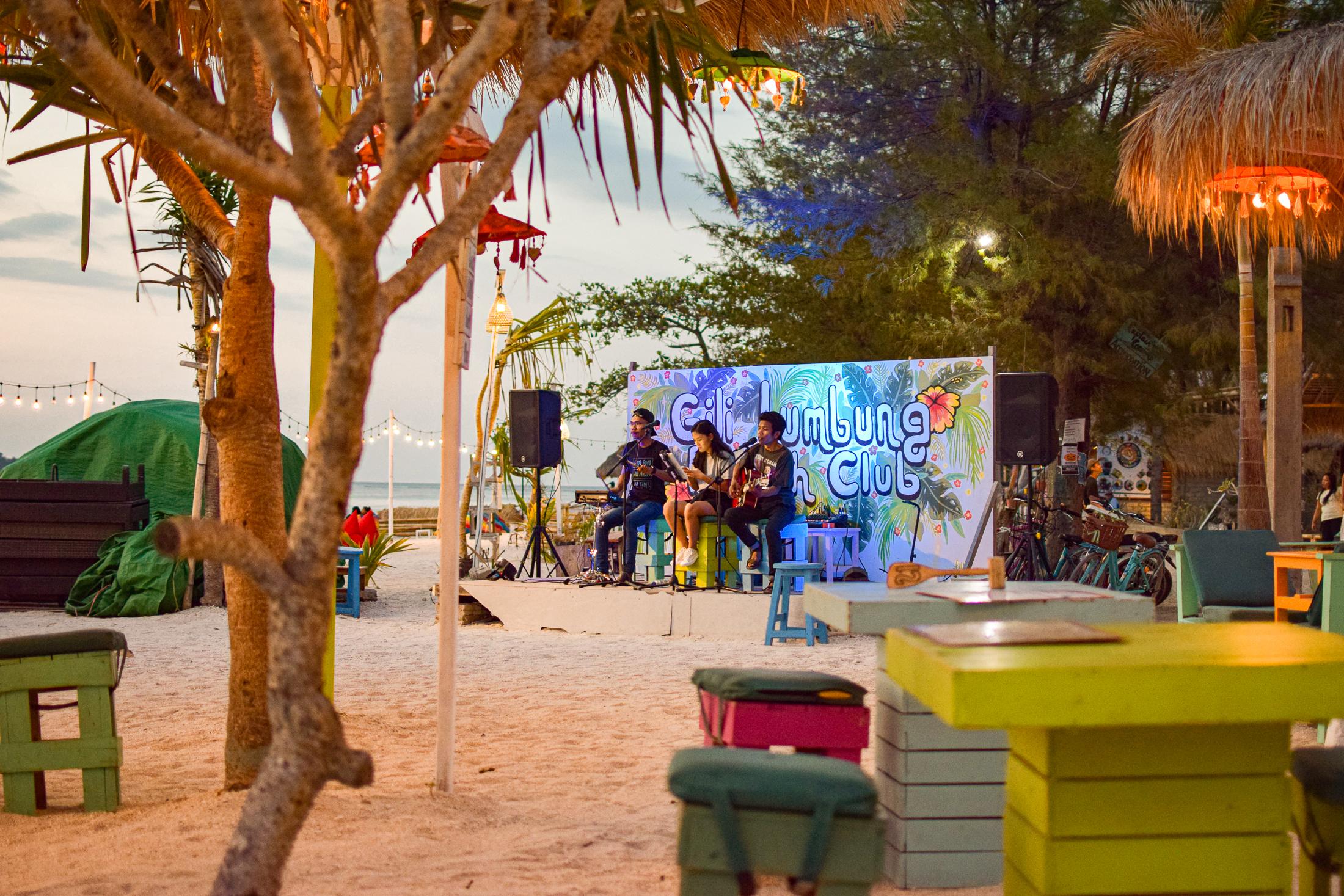 livemusiker på baren lumbung på gili air.